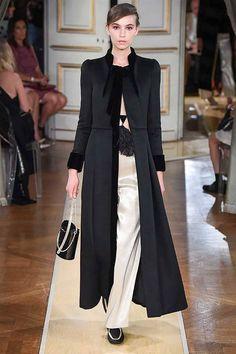 See all the Collection photos from Armani Prive Autumn/Winter 2018 Couture now on British Vogue Armani Prive, Valentino Couture, Muslim Fashion, Hijab Fashion, Fashion Outfits, Couture Fashion, Fashion Show, Fashion Design, Vestidos Armani