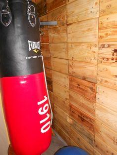 Ricopertura muro con legno riciclato da  pallet (angolo palestra)