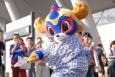 [ J1:第19節 F東京 vs 広島 ] 今日のドロンパ。本日は、浴衣姿でコンコースに登場。相変わらずの大人気で写真撮影などに応じていた。いまやF東京のホームゲーム前には欠かせない存在。  2009年7月25日(土):味の素スタジアム