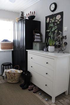kodinhoitohuone,lipasto,taulu,asetelma,seinäkello