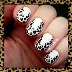 Lindo animal print en fondo de uñas blancas.