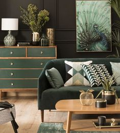 The New Fuss About Green Sofa Living Room 29 - Pecansthomedecor Living Room Green, Room Design, Apartment Living Room, Living Room Drapes, House Interior, Green Sofa Living, Green Sofa Living Room, Gold Living Room, Living Room Wall Designs