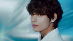 Taehyung Wallpaper, We Heart It, Longest Movie, Bts V Gif, Ethereal Beauty, Kim Taehyung, Billboard Hot 100, Most Handsome Men, Bts Lockscreen
