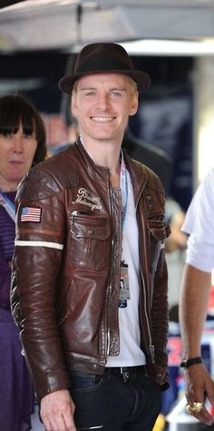 It's an old pic (XMFC promotion time obviously), but it's great for several reasons. Like, he's wearning my fav leather jacket. His mum is in the pic. The way he looks in the camera and smiles. Other reasons...