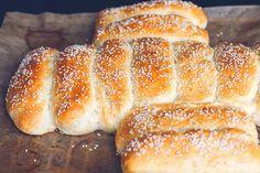 Hotdogbrød med sesamfrø Lækre bløde hotdogbrød hvor der er plads til en helt masse i. Synes ofte de pølsebrød man køber er tørre og ...