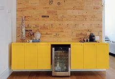Além de cumprir a função – já esperada – de armazenar louças, copos e taças e servir de apoio para as refeições na sala de almoço, o bufê amarelo rouba todas as atenções da adega, instalada em uma de suas divisórias. Projeto da arquiteta Luita Trench