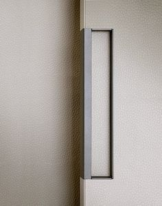 piombo mat lacquered Gap handle with techno-leather 05 latte covered bottom.