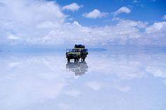 Um 5x4 flutua no meio do salar do Uyuni - essa não é a única atração do passeio (foto: Creative Commons/Flickr/patrick_nouhailler)