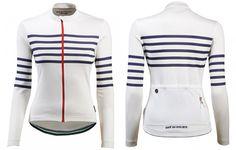 Claudette est la version manches longues de notre emblématique maillot à rayures. Sa coupe féminine produit à partir d'un doux mélange de mérinos et d'une pointe de soie, il combine compétitivité, adaptabilité et un style unique.