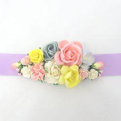 Bælte med blomsterpynt i pink, gul, hvid og grå