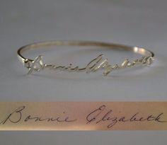 Handtekening vereeuwigd in een armband