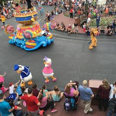 Donald and Daisy interacting with the guests #festivaloffantasy #magickingdom