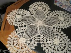 BEAUTIFUL ANTIQUE / VINTAGE HANDMADE TABLE RUNNER / DOILY!