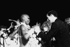 Príncipe Charles visita a escola de samba Beija-Flor e dança com a passista Pinah. Rio de Janeiro, 11 de março de 1978.