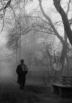 Mann im Münchner Stadtpark, 50er Jahre Stöhr/Timeline Images #black #white #schwarz #weiß #Fotografie #photography #historisch #historical #traditional #traditionell #retro #vintage #nostalgic #Nostalgie #München #Munich #50er #1950er #Stimmung #Atmosphäre #Stadtpark #Spaziergänger #Mann #düster #nebelig #gruselig Timeline Images, Petra, Retro Vintage, Fictional Characters, Urban Park, The Fifties, Creepy, Mood, Traditional