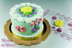 Tarta color turquesa con flores
