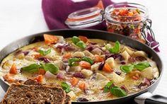 Tortilla med grove grønsager Den spanske tortilla er en herlig æggekage med fyld, fx kartofler. Vi har valgt at prøve med rodfrugter.