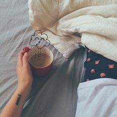 Desejo do dia: chuva de café pra compensar a insônia.