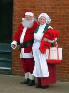 Santa and Mrs. Claus arrive Clarksville,Mo.