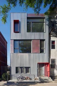 Construído na 2014 na New York, Estados Unidos. Imagens do Mikiko Kikuyama. Situado na borda da constante expansão aburguesada do Brooklin no South Park Slope, esta reforma maximiza o potencial indefinido do entorno do...