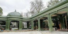 Le waux-hall retrouve sa splendeur d'antan.Le parc Royal, cache en son sein un trésor méconnu. Derrière le théâtre royal du Parc se trouve un édifice étonnant : une galerie en treillage en forme de U et un pavillon d'orchestre, le tout construit dans un style Louis XVI. Au centre, une rotonde surmontée d'une coupole ouvragée surplombe la galerie. Il s'agit d'un waux-hall, une sorte d'ancêtre du parc d'attraction qui était très en vogue au XIXe siècle.
