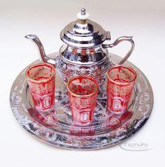 Juego de té compuesto por una tetera de 18 cm de acero inoxidable, tallada con originales diseños árabes. Una bandeja de alpaca plateada labrada de 30 cm y 3 vasos de cristal grabados con bonitos motivos geometricos.