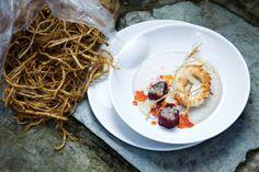 Crème de shitaké aux calamars panés et rouleaux d'entrecôte au tartare de crevettes et de palourdes
