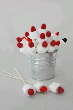 más y más manualidades: Llamativas ideas para usar malvaviscos en tu próxima… Baby Party, Baby Shower Parties, Bar A Bonbon, Marshmallow Pops, Candy Bouquet, Candy Table, Cake Pops, Kids Meals, Birthday Parties