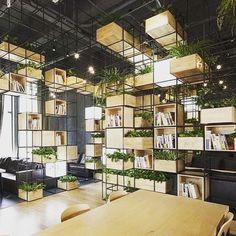 """20 mentions J'aime, 1 commentaires - 18h39 (@18h39_fr) sur Instagram: """"Inspirez-vous de ses étagères en acier pour ranger 📚 et 🌿 via #18h39 #design #deco #decoration…"""""""