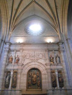 Altar del Salvador. En el centro figura de éste de madera policromada de Felipe Bergany.Le rodean ocho fuguras de Reyes, Santos y Fundadores de la Iglesia. Este paño fue realizado sobre 1500 por Diego de Siloé. El Salvador estaba destinado al altar mayor, pero fue reemplazado por la imagen de San Antolín.