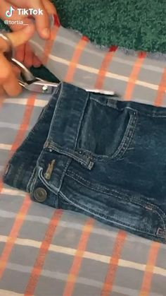 Diy Fashion Hacks, Fashion Outfits, Fashion Pants, Sewing Clothes, Custom Clothes, Diy Clothes Jeans, Clothes Refashion, Diy Clothes Design, Diy Kleidung