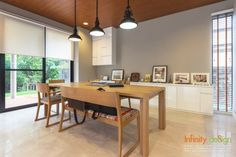ห้องทานอาหาร โต๊ะและเก้าอี้สำหรับใช้ทานอาหารทำมาจากไม้ เบาะของเก้าอี้บุด้วยผ้าเล่นลวดลาย โดดเด่นด้วยโคมไฟทรงกลมสีดำ ส่วนบานหน้าต่างด้านข้างยังคงเลือกใช้ ม่านม้วน
