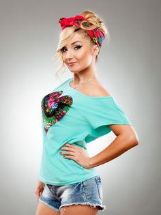 Heart Haft Shoulder Mint Black marki Slavica w kategorii Koszulki w UrbanCity.pl! Koszulka marki Slavica  Materiał: 100% bawełna   \'Przygotowałam ten model koszulki specjalnie na duże sceniczne występy. W niej będę reprezentowała Polskę na Eurowizji. Postanowiłam umieścić duże serduszko wszyte z chusty dzięki temu koszulka jest bardziej 3D i rzuca się w oczy swoim wyrazistym folkowym wzorem\'   Cleo [170cm] ma na zdjęciach rozmiar M [B27]