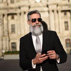 Boost für deinen Sex-Appeal: Steh zu deinem Grau - The Treatment Files DE Granny Look, George Clooney, Ray Bans, Mens Sunglasses, Style, Fashion, Full Beard, Celebs, Swag