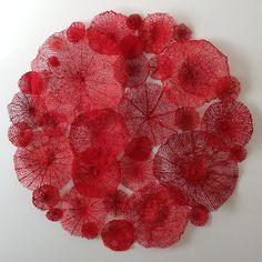 """""""L'artiste australienne Meredith Woolnough rend ici hommage à la beauté et la fragilité de la nature en réalisant de délicates et fines broderies. Afin de retranscrire la subtilité et la complexité des détails dans ses structures, elle utilise un procédé de couture spécifique. Elle reproduit avec talent des squelettes de feuilles, de fleurs et même de motifs coraux. À découvrir en images."""""""