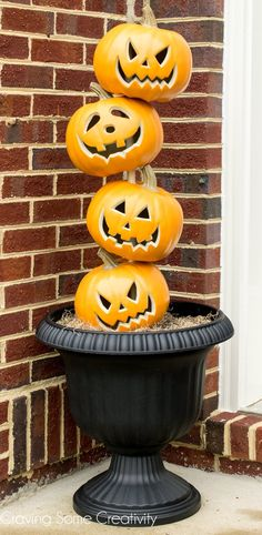 DIY Stacked Pumpkin Heads - Pumpkin Topiary for Halloween porch or front door Decorations. What a super cute halloween craft! Diy Halloween, Halloween Veranda, Halloween Home Decor, Outdoor Halloween, Halloween Cupcakes, Halloween Snacks, Halloween House, Halloween 2018, Holidays Halloween