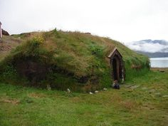 Turf and grass roof on a Viking House ~ Longhouses were often one-roomed. It had an earth floor as well as a thatch or turf Viking House, Viking Life, Long House, My House, Greenland Travel, Travel Log, Beautiful Architecture, Landscape Architecture, Woodland Creatures