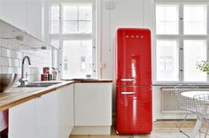 OMG - that red retro refrigerator (say that 10 times fast!) is so awesome!