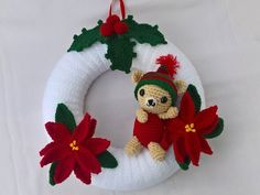 With this crochet pattern you can crochet your own door crest, which doesn't only fit in the Christmas time. Through the whole winter this crest warmly welcomes every visitor and decorates your house. It is really easy to crochet :-) Materials: Styrofoa Crochet Christmas Wreath, Crochet Wreath, Crochet Snowman, Crochet Christmas Decorations, Christmas Crochet Patterns, Halloween Crochet, Xmas Wreaths, Crochet Flower Patterns, Christmas Knitting