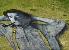 Saype pinta las montañas de Suiza y Francia para crear monumentales obras de Land Art.