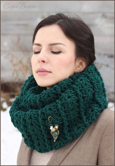 "Снуд с брошью ""Хвоя"" - снуд,объемный шарф,объемный снуд,вязаный снуд,женский снуд"