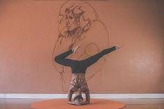 Un articol despre doua virtuti esentiale asimilate in fiinta mea practicand yoga, mai exact postura Shirshasana, cunoscuta si regina asanelor.