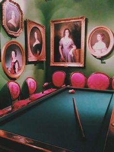 En esta Sala de Billar encontramos numerosos retratos femeninos, algo muy común, pues se trataba de un espacio en el que únicamente entraban hombres. A esta sala se retiraban los señores del siglo XIX tras las largas comidas de sociedad.