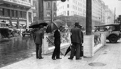Día de lluvia en el microcentro, Buenos Aires c.1930. Inventario 6875. AGN