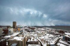 Der Winter kam am Dienstag nach Buffalo. Videos und Bilder aus der Stadt zeigen, wie eine regelrechte Wand aus Schnee über den Eriesee Richtung Buffalo zog.