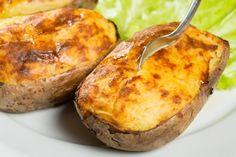 Le patate ripiene cremose sono un secondo piatto molto originale, cremoso e dall'anima filante. Ecco la ricetta My Recipes, Mexican Food Recipes, Cooking Recipes, Ethnic Recipes, College Meals, Roasted Potatoes, Antipasto, Easy Cooking, Finger Foods