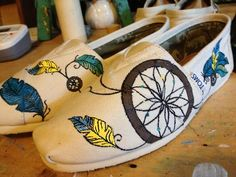 DIY, how to hand paint a dream catcher on toms shoes, by Lisarachel