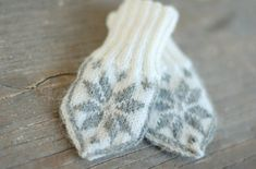 Baby Knitting Patterns Mittens selbuvotter traditional baby mittens from Norway. With link to knitting pattern…. Fall Knitting Patterns, Knitting For Kids, Knitting Projects, Baby Knitting, Knitting Designs, Mittens Pattern, Knit Mittens, Crochet Baby Blanket Beginner, Yarn Shop