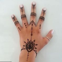 49 Beautiful Henna Tattoo Designs For Girls To Try At least Once - Torturein Egypt Henna Tattoo Hand, Henna Ink, Simple Henna Tattoo, Henna Body Art, Henna Mehndi, Tattoo Arm, Hand Art Henna, Mehendi, Simple Hand Tattoos