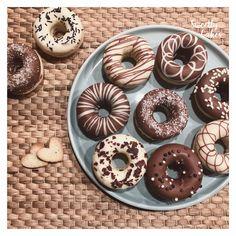 Miam Miam Miam, un vrai régalces jolis donuts au chocolat !